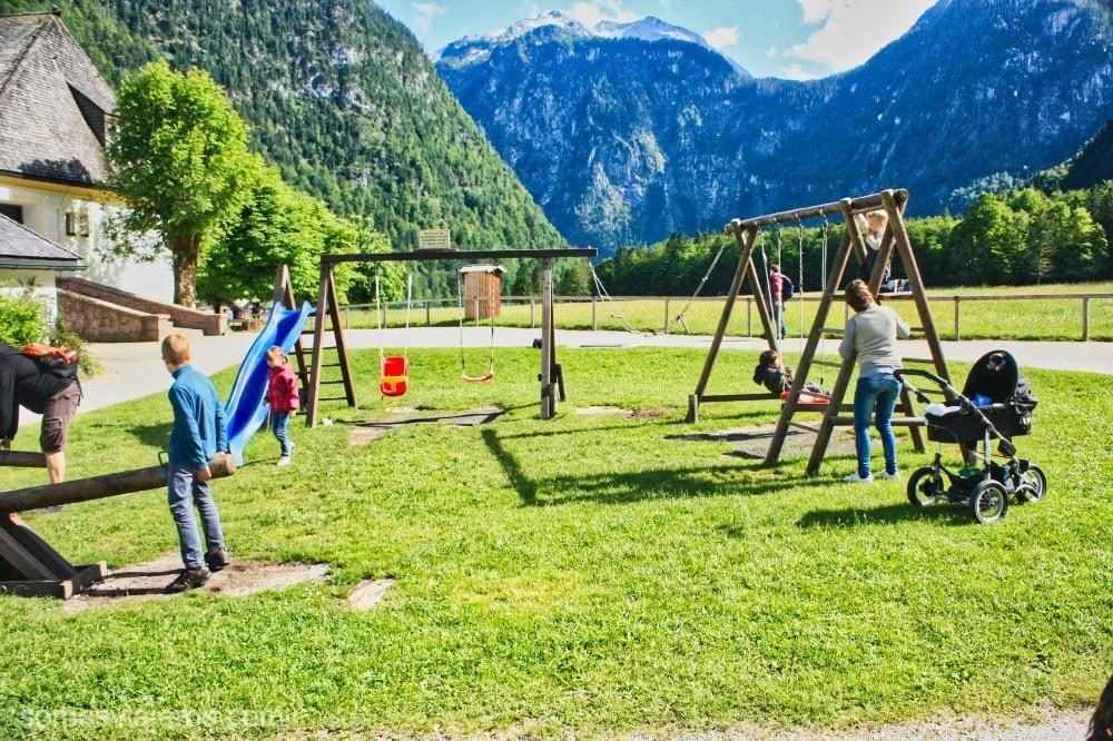 lago de Konigssee y parque de juegos y columpios