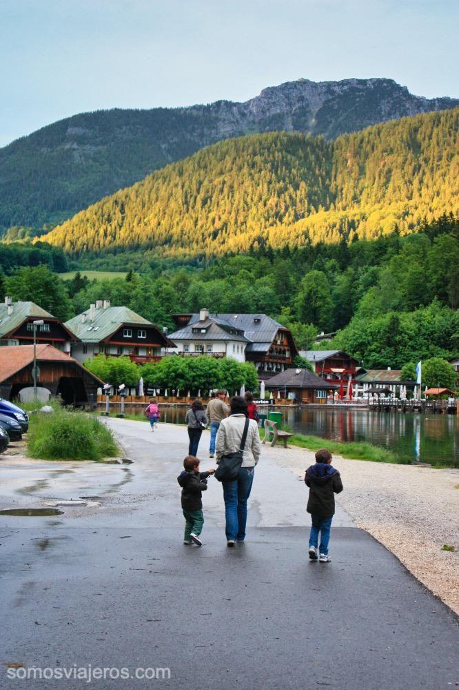 caminando en la orilla del lago de Konigssee