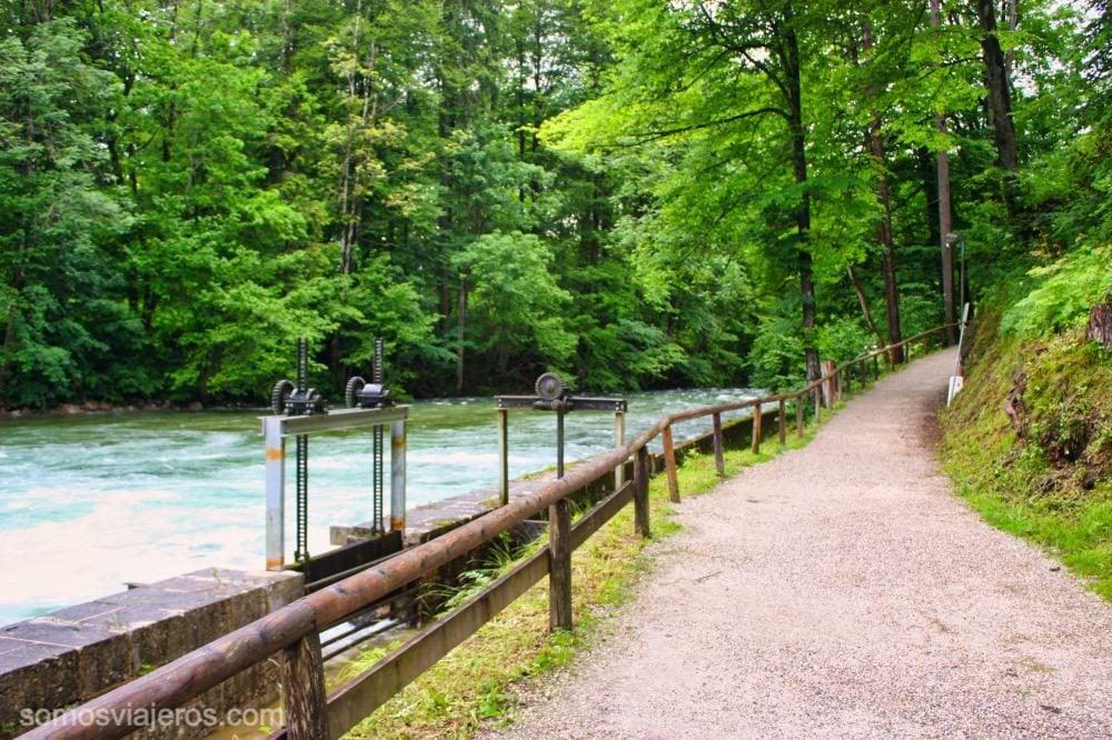 caminos cerca del rio que desemboca en el lago de Konigssee
