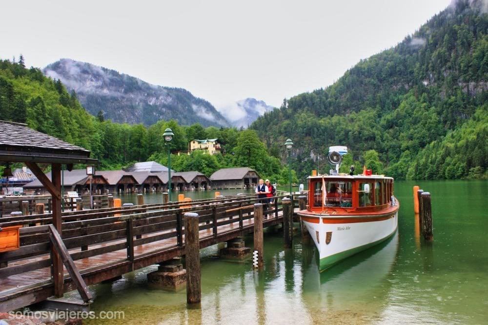 vista del embarcadero de Konigssee con sus barcos tradicionales.