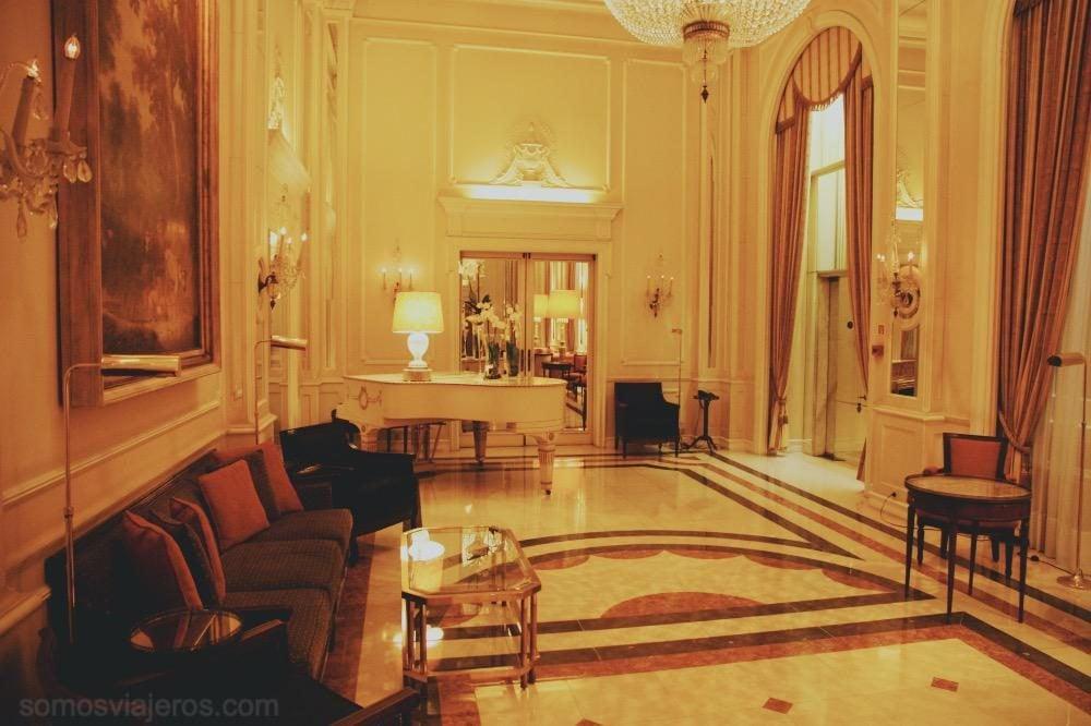 salón con piano en el hotel palacio