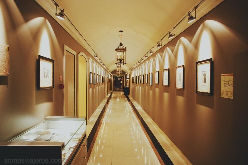 pasillos del interior del hotel palacio