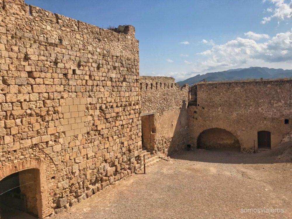 patio de armas del castillo de Miravet